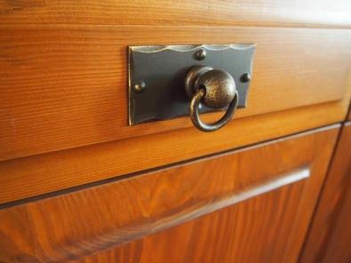 Commode rustique en bois massif et fer forgé